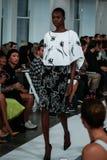 НЬЮ-ЙОРК, NY - 9-ОЕ СЕНТЯБРЯ: Модель идет взлётно-посадочная дорожка на модный парад Оскара De Ла Renta Стоковая Фотография RF