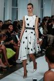 НЬЮ-ЙОРК, NY - 9-ОЕ СЕНТЯБРЯ: Модель идет взлётно-посадочная дорожка на модный парад Оскара De Ла Renta Стоковые Фото