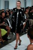 НЬЮ-ЙОРК, NY - 9-ОЕ СЕНТЯБРЯ: Модель идет взлётно-посадочная дорожка на модный парад Оскара De Ла Renta Стоковые Изображения