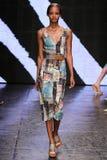 НЬЮ-ЙОРК, NY - 8-ОЕ СЕНТЯБРЯ: Модель идет взлётно-посадочная дорожка на модный парад 2015 весны Донны Karan Стоковое Фото