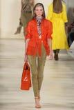НЬЮ-ЙОРК, NY - 11-ОЕ СЕНТЯБРЯ: Модель идет взлётно-посадочная дорожка на собрание моды весны 2015 Ральф Лорен Стоковая Фотография