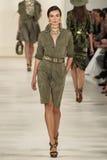 НЬЮ-ЙОРК, NY - 11-ОЕ СЕНТЯБРЯ: Модель идет взлётно-посадочная дорожка на собрание моды весны 2015 Ральф Лорен Стоковая Фотография RF