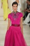 НЬЮ-ЙОРК, NY - 11-ОЕ СЕНТЯБРЯ: Модель идет взлётно-посадочная дорожка на собрание моды весны 2015 Ральф Лорен Стоковое фото RF