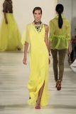 НЬЮ-ЙОРК, NY - 11-ОЕ СЕНТЯБРЯ: Модель идет взлётно-посадочная дорожка на собрание моды весны 2015 Ральф Лорен Стоковое Фото