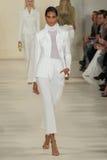 НЬЮ-ЙОРК, NY - 11-ОЕ СЕНТЯБРЯ: Модель идет взлётно-посадочная дорожка на собрание моды весны 2015 Ральф Лорен Стоковые Фото