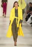 НЬЮ-ЙОРК, NY - 11-ОЕ СЕНТЯБРЯ: Модель идет взлётно-посадочная дорожка на собрание моды весны 2015 Ральф Лорен Стоковое Изображение RF