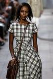 НЬЮ-ЙОРК, NY - 10-ОЕ СЕНТЯБРЯ: Модель идет взлётно-посадочная дорожка на собрание моды весны 2015 Майкл Kors Стоковые Изображения RF