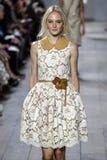 НЬЮ-ЙОРК, NY - 10-ОЕ СЕНТЯБРЯ: Модель идет взлётно-посадочная дорожка на собрание моды весны 2015 Майкл Kors Стоковая Фотография RF