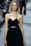 НЬЮ-ЙОРК, NY - 10-ОЕ СЕНТЯБРЯ: Модель идет взлётно-посадочная дорожка на собрание моды весны 2015 Майкл Kors стоковое изображение