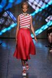 НЬЮ-ЙОРК, NY - 7-ОЕ СЕНТЯБРЯ: Модель идет взлётно-посадочная дорожка на собрание моды весны 2015 DKNY Стоковая Фотография