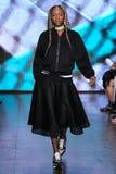 НЬЮ-ЙОРК, NY - 7-ОЕ СЕНТЯБРЯ: Модель идет взлётно-посадочная дорожка на собрание моды весны 2015 DKNY Стоковые Фото