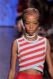 НЬЮ-ЙОРК, NY - 7-ОЕ СЕНТЯБРЯ: Модель идет взлётно-посадочная дорожка на собрание моды весны 2015 DKNY Стоковое Изображение