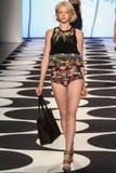 НЬЮ-ЙОРК, NY - 5-ОЕ СЕНТЯБРЯ: Модель идет взлётно-посадочная дорожка на собрание моды весны 2015 Николя Miller Стоковые Фотографии RF