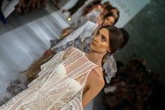 НЬЮ-ЙОРК, NY - 5-ОЕ СЕНТЯБРЯ: Прогулка моделей взлётно-посадочная дорожка на модном параде Zimmermann Стоковая Фотография