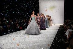 НЬЮ-ЙОРК, NY - 5-ОЕ СЕНТЯБРЯ: Прогулка моделей взлётно-посадочная дорожка на модном параде 2015 весны Monique Lhuillier Стоковое Фото