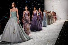 НЬЮ-ЙОРК, NY - 5-ОЕ СЕНТЯБРЯ: Прогулка моделей взлётно-посадочная дорожка на модном параде 2015 весны Monique Lhuillier Стоковое фото RF