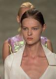 НЬЮ-ЙОРК, NY - 6-ОЕ СЕНТЯБРЯ: Прогулка моделей взлётно-посадочная дорожка на модном параде 2015 весны Jung сына болезненном Стоковое фото RF