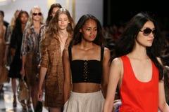 НЬЮ-ЙОРК, NY - 8-ОЕ СЕНТЯБРЯ: Прогулка моделей финал взлётно-посадочная дорожка во время модного парада Дианы Von Furstenberg стоковое изображение rf