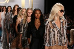 НЬЮ-ЙОРК, NY - 8-ОЕ СЕНТЯБРЯ: Прогулка моделей финал взлётно-посадочная дорожка во время модного парада Дианы Von Furstenberg стоковая фотография