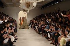 НЬЮ-ЙОРК, NY - 11-ОЕ СЕНТЯБРЯ: Прогулка моделей финал взлётно-посадочная дорожка на модном параде Ральф Лорен Стоковое фото RF