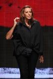НЬЮ-ЙОРК, NY - 8-ОЕ СЕНТЯБРЯ: Донна Karan приветствует аудиторию после представлять ее собрание Донны Karan Нью-Йорка SS2015 Стоковые Фото