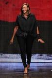 НЬЮ-ЙОРК, NY - 8-ОЕ СЕНТЯБРЯ: Донна Karan приветствует аудиторию после представлять ее собрание Донны Karan Нью-Йорка SS2015 Стоковая Фотография RF