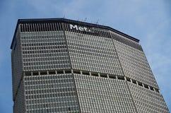 Нью-Йорк, NY, Соединенные Штаты - 26-ое сентября 2017: Знак MetLife будучи заменянным на штабах NYC стоковые фотографии rf