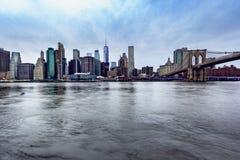 Нью-Йорк, NY/соединяет государства - 30-ое декабря 2018: Взгляд утра более низкого Манхэттена с Бруклинским мостом стоковые изображения