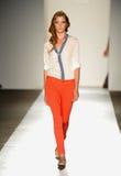 НЬЮ-ЙОРК, NY - 5-ОЕ СЕНТЯБРЯ: Модель гуляет взлётно-посадочная дорожка на модный парад 2013 весны джинсовой ткани награды DL 1961 Стоковое Изображение RF