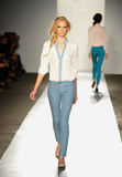 НЬЮ-ЙОРК, NY - 5-ОЕ СЕНТЯБРЯ: Модель гуляет взлётно-посадочная дорожка на модный парад 2013 весны джинсовой ткани награды DL 1961 Стоковые Изображения RF