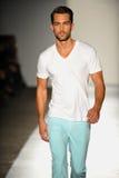 НЬЮ-ЙОРК, NY - 5-ОЕ СЕНТЯБРЯ: Модель гуляет взлётно-посадочная дорожка на модный парад 2013 весны джинсовой ткани награды DL 1961 Стоковая Фотография