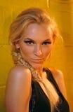 НЬЮ-ЙОРК, NY - 5-ОЕ СЕНТЯБРЯ: Модель получает готовое кулуарное на модном параде 2013 весны джинсовой ткани награды DL 1961 Стоковая Фотография RF