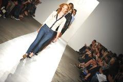 НЬЮ-ЙОРК, NY - 5-ОЕ СЕНТЯБРЯ: Прогулка моделей взлётно-посадочная дорожка на модном параде 2013 весны джинсовой ткани награды DL 1 стоковое фото rf
