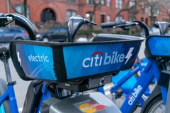 Нью-Йорк, NY/USA - 03/21/2019: Citibikes на улице Нью-Йорка, Манхэттене, NYC, США стоковое изображение