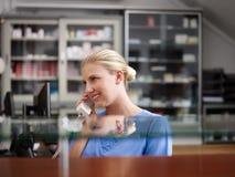 Нюна в клинике и говорить на телефоне стоковые фотографии rf