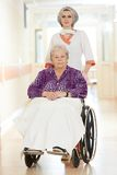 Нюна с пожилым пациентом в кресло-коляске Стоковое Изображение RF