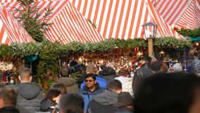 Нюрнберг, Германия - 1-ое декабря 2018: Толпа людей идя между стойлами на рождественской ярмарке Нюрнберг сток-видео