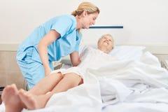 Нянча дама врезает старшего пациента стоковое изображение rf