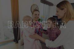 Няня встречает мать с ее детьми стоковая фотография