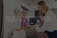 Няня встречает мать с ее детьми стоковая фотография rf