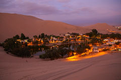 Оазис Huacachina на ноче, зоне Ica, Перу Стоковая Фотография RF