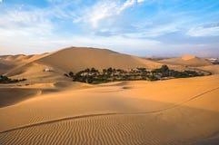 Оазис Hucachina в песчанных дюнах приближает к Ica, Перу Стоковые Изображения