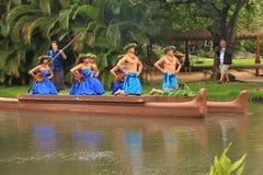 Оаху, Гаваи - 4/26/2018 - гавайские танцоры выполняя пока едущ поплавок каноэ в полинезийском культурном центре в Гаваи стоковое изображение rf