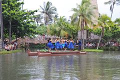 Оаху, Гаваи - 4/26/2018 - гавайские танцоры выполняя пока едущ поплавок каноэ в полинезийском культурном центре в Гаваи стоковое фото rf
