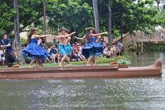 Оаху, Гаваи - 4/26/2018 - гавайские танцоры выполняя пока едущ поплавок каноэ в полинезийском культурном центре в Гаваи стоковая фотография rf
