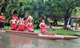 Оаху, Гаваи - 4/26/2018 - гавайские танцоры выполняя пока едущ поплавок каноэ в полинезийском культурном центре в Гаваи стоковые изображения rf