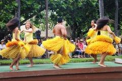 Оаху, Гаваи - 4/26/2018 - гавайские танцоры выполняя пока едущ поплавок каноэ в полинезийском культурном центре в Гаваи стоковая фотография
