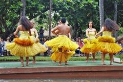 Оаху, Гаваи - 4/26/2018 - гавайские танцоры выполняя пока едущ поплавок каноэ в полинезийском культурном центре в Гаваи стоковые фотографии rf