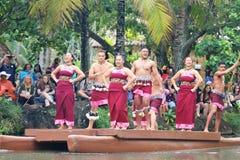 Оаху, Гаваи - 4/26/2018 - гавайские танцоры выполняя пока едущ поплавок каноэ в полинезийском культурном центре в Гаваи стоковые изображения