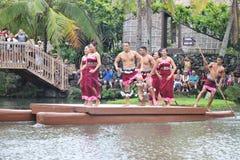 Оаху, Гаваи - 4/26/2018 - гавайские танцоры выполняя пока едущ поплавок каноэ в полинезийском культурном центре в Гаваи стоковое изображение
